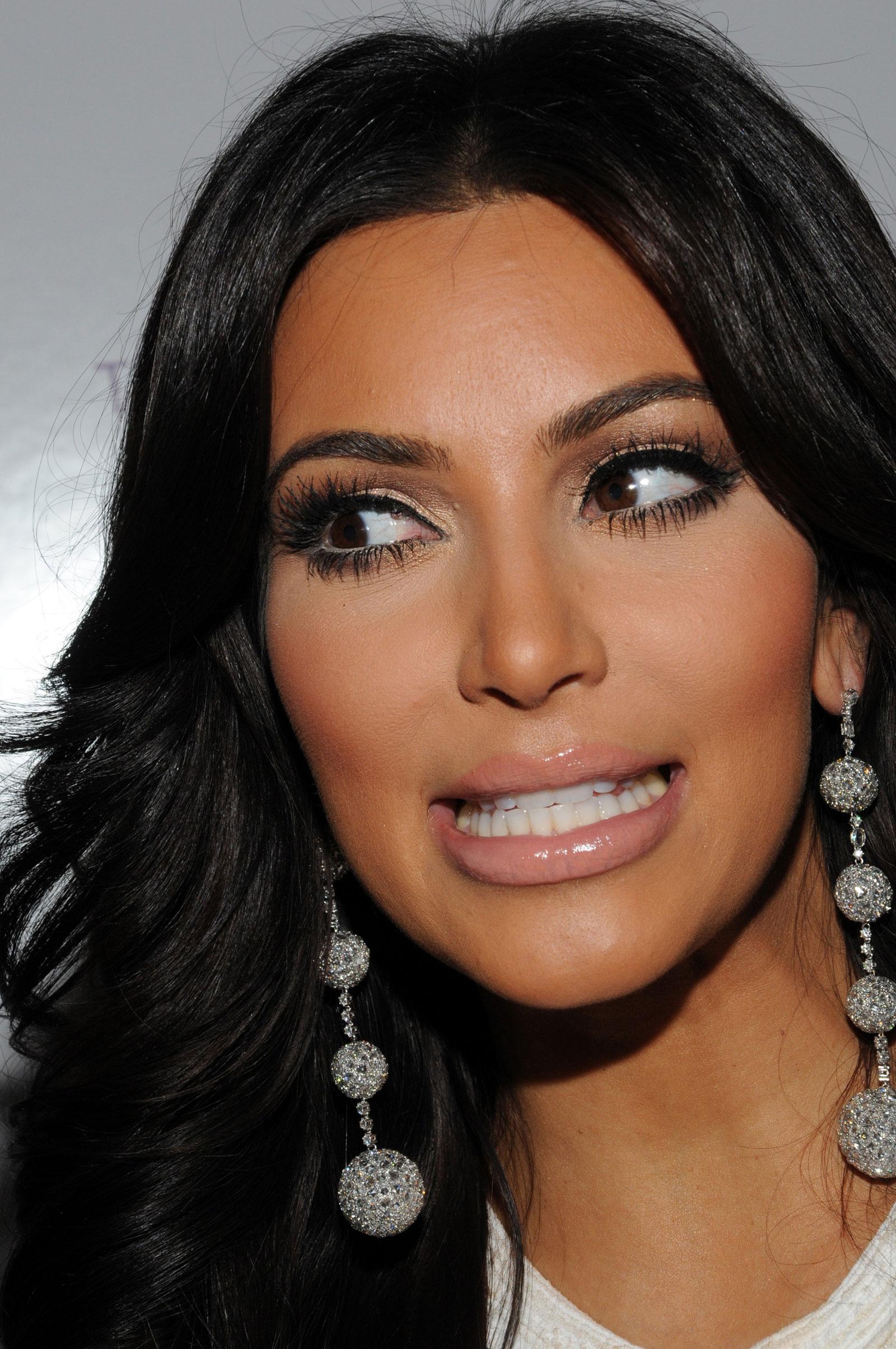 Kim Kardashian Celebra... Kim Kardashian