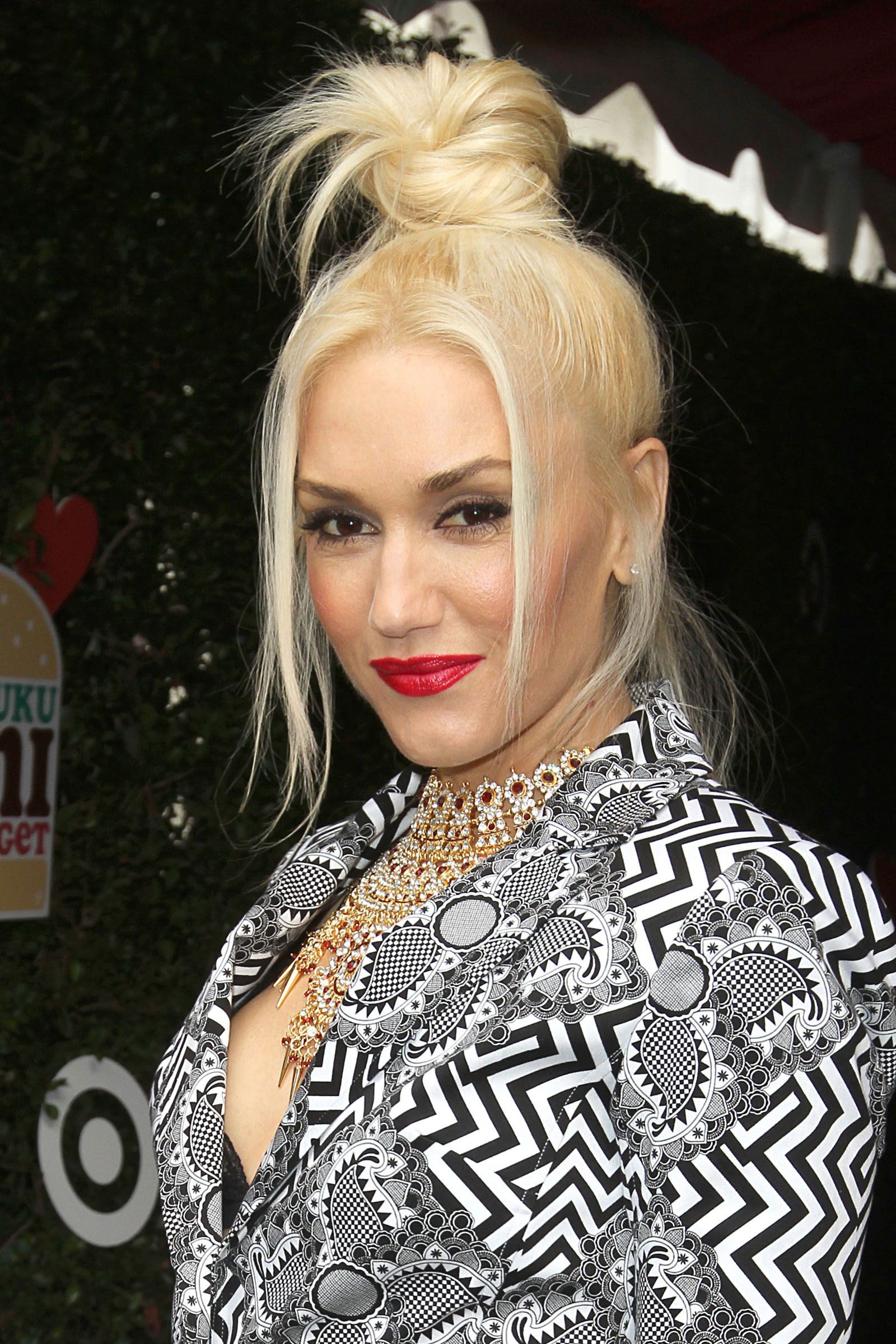 12 gorgeous gwen stefani hairstyle pictures. Black Bedroom Furniture Sets. Home Design Ideas