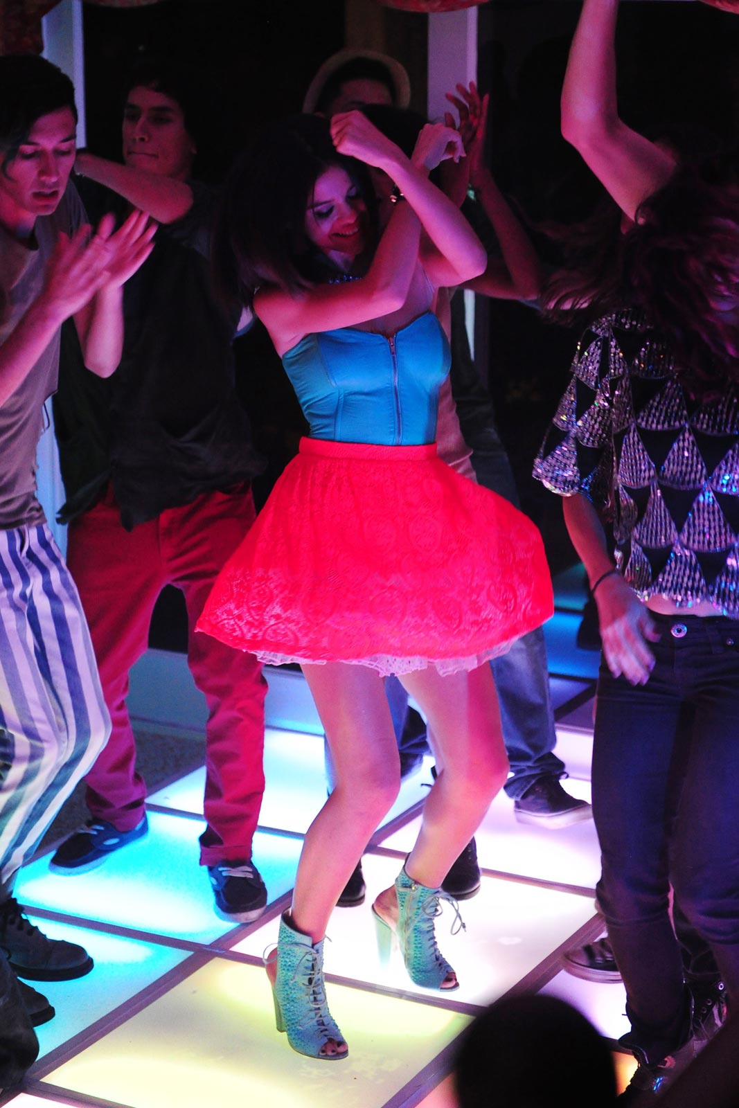 Selena Gomez – Behind the Scene of Her Music Video Hit the ...