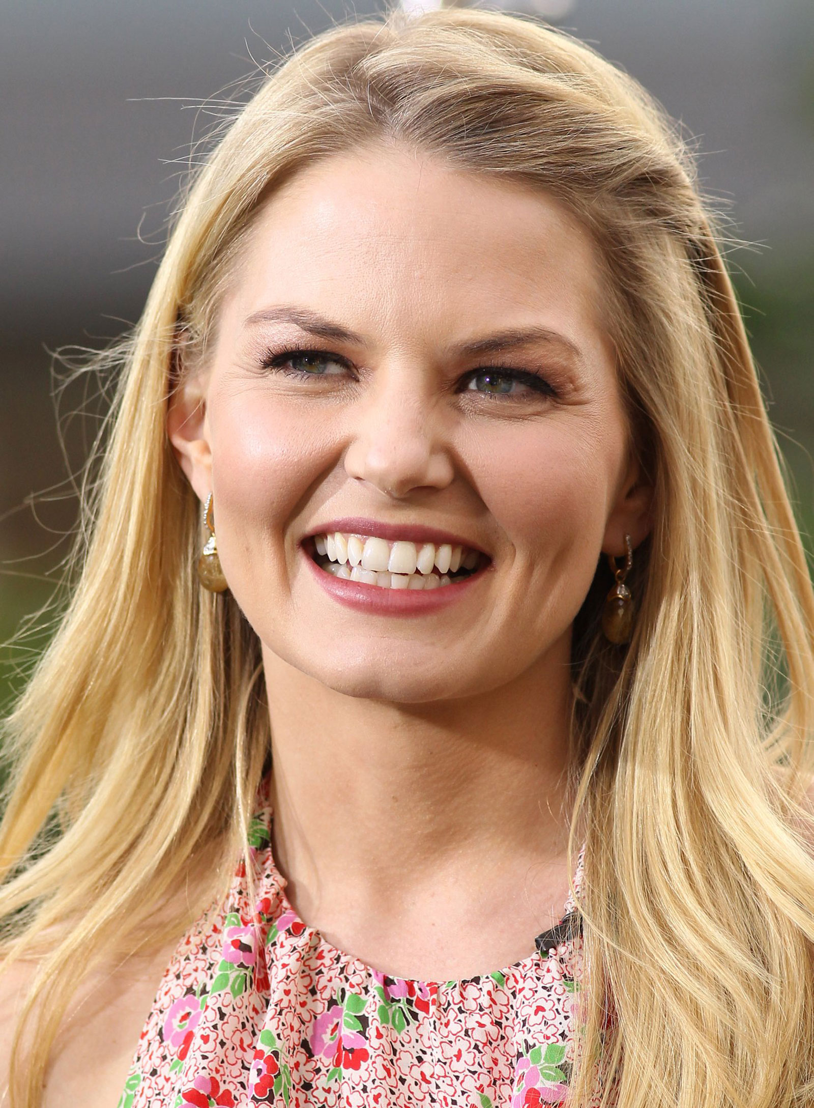 Jennifer Morrison On The Set Of Extra At The Grove In Los