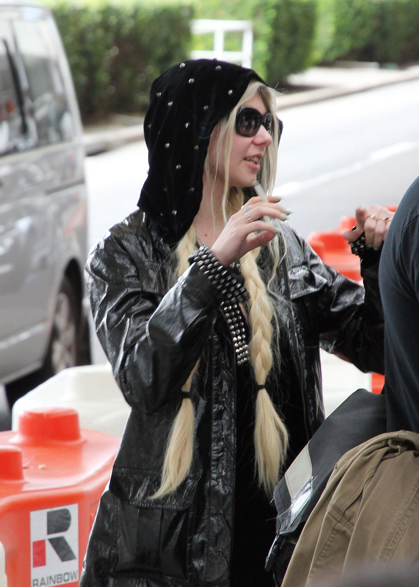 Taylor Momsen Smoking At Sydney Airport Hawtcelebs
