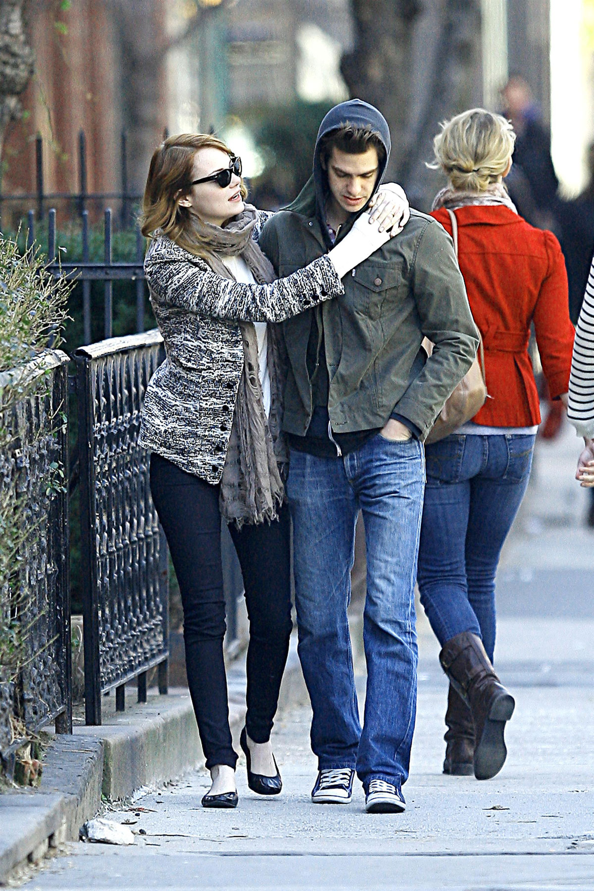 EMMA STONE and Andrew Garfield Sharing a Kiss in New York - HawtCelebs ...