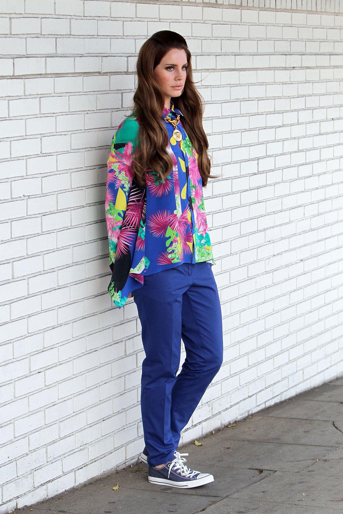 Verter deslealtad Bañera  Lana Del Rey at the Photoshoo for Versace – HawtCelebs