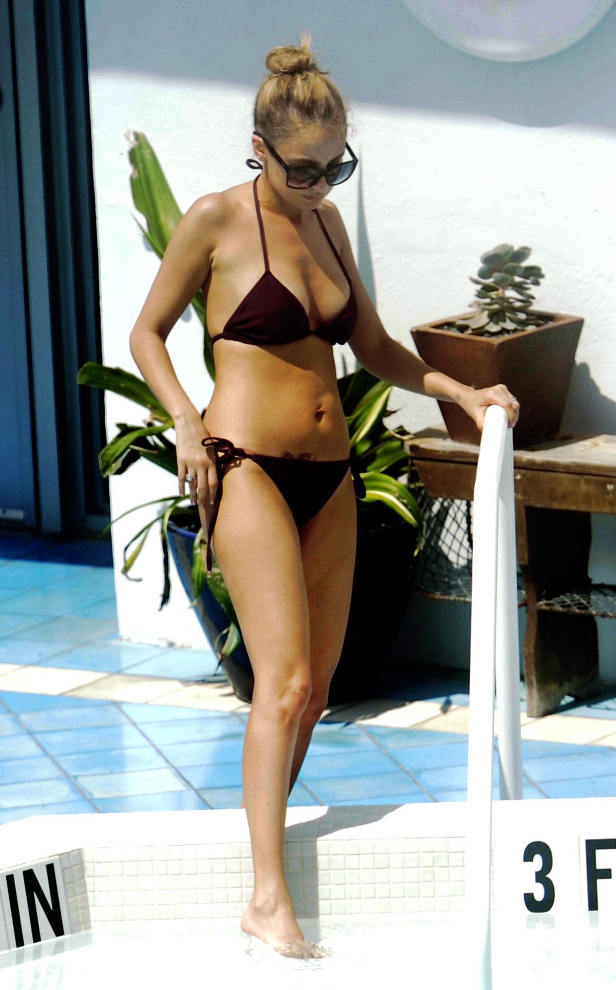 Popular Celebrity: Nicole Richie Hot in Bikini at Poolside in Miami-Photos