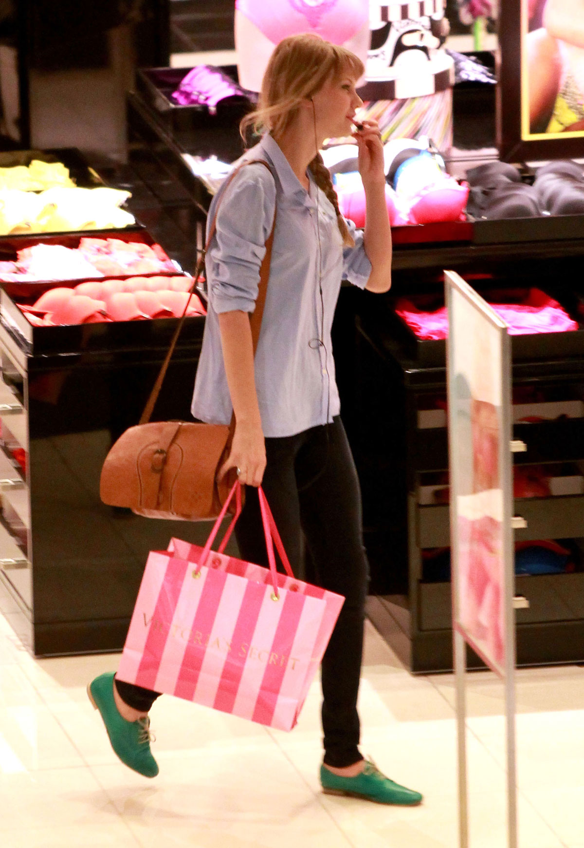 taylor swift on shopping at victoria s secret in beverly hills hawtcelebs. Black Bedroom Furniture Sets. Home Design Ideas
