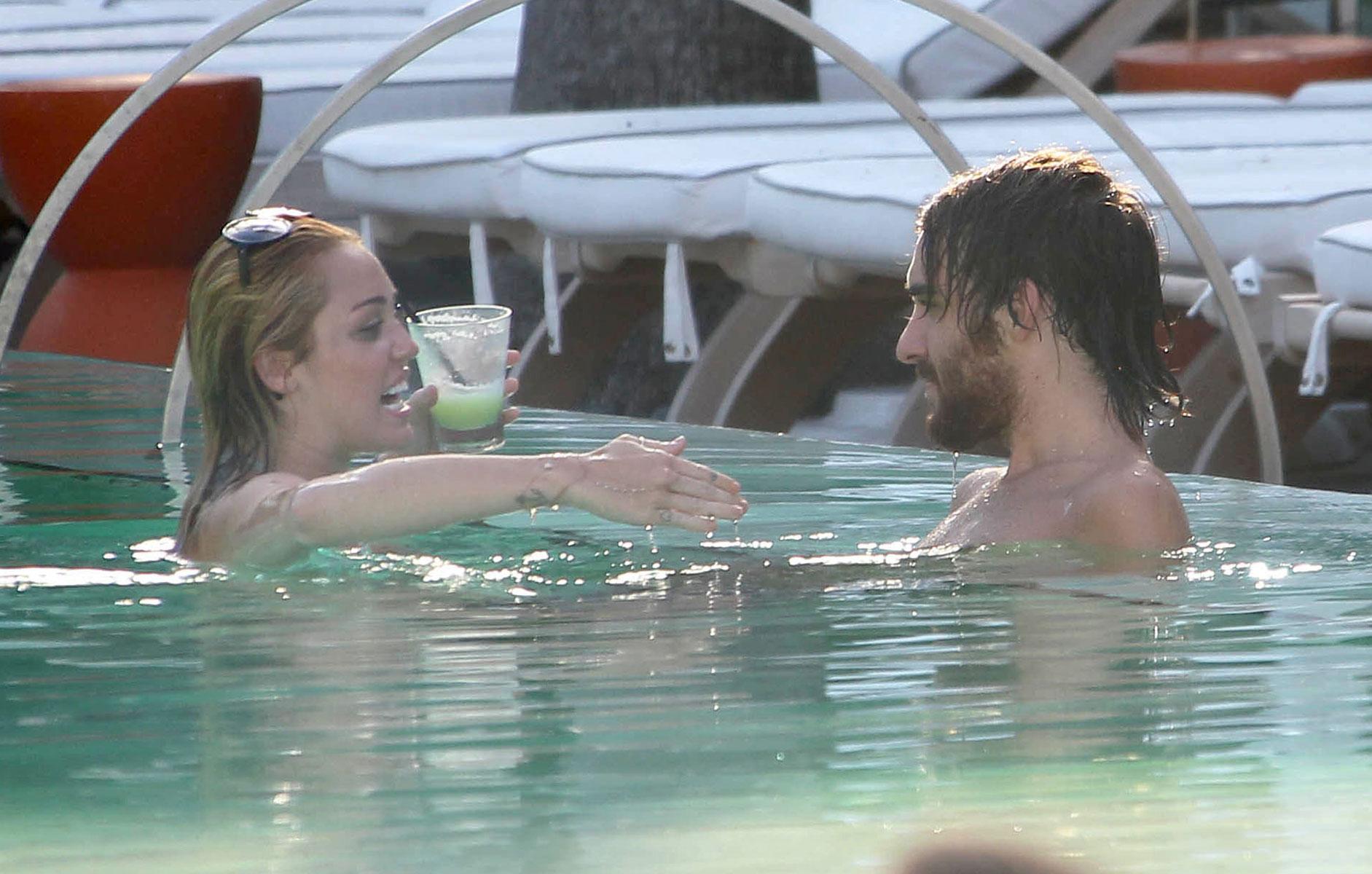 С другом мужа в бассейне 10 фотография