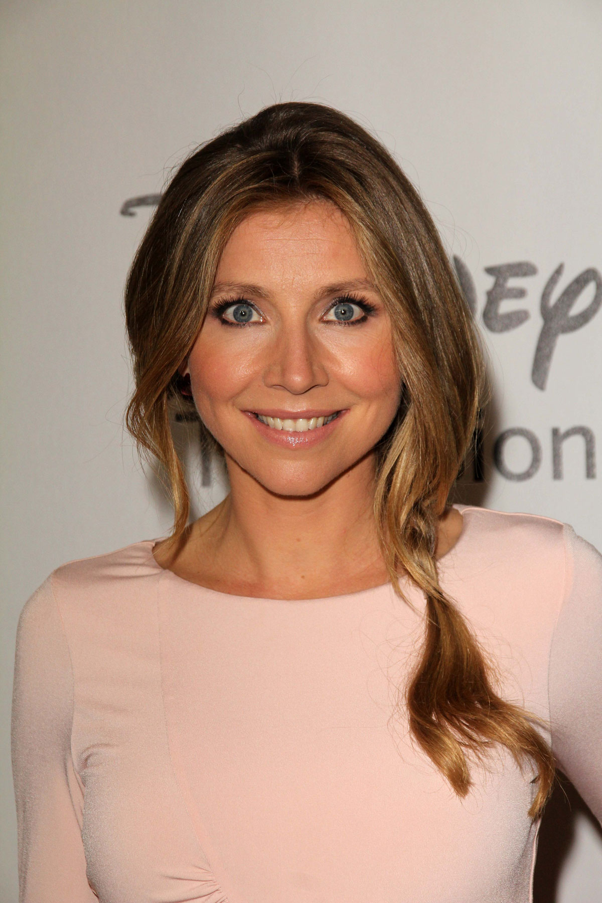 The 40-year old daughter of father Douglas Chalke and mother Angela Chalke, 173 cm tall Sarah Chalke in 2017 photo