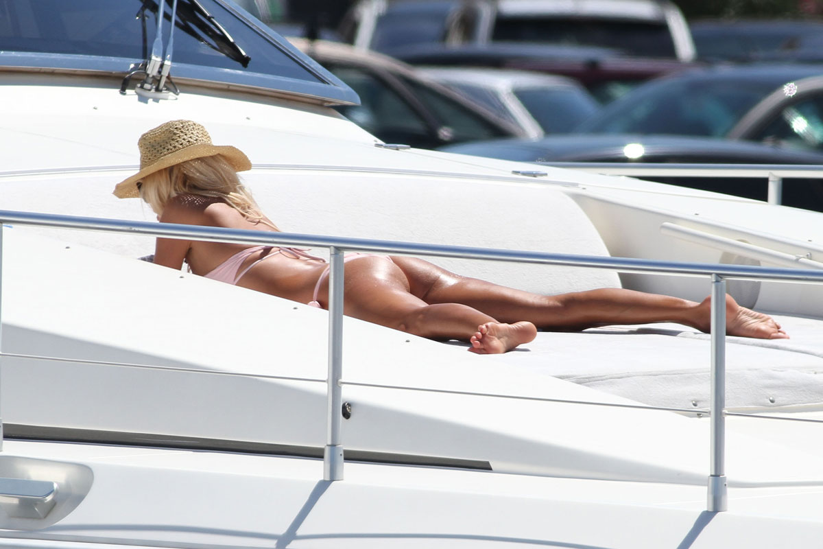 victoria silvstedt is on a boat