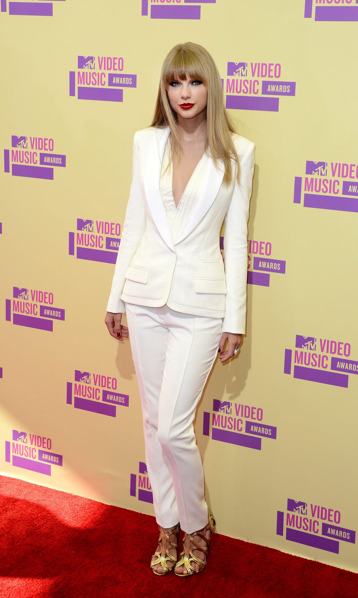 The WALK Magazine – The Style Evolution of Taylor Swift