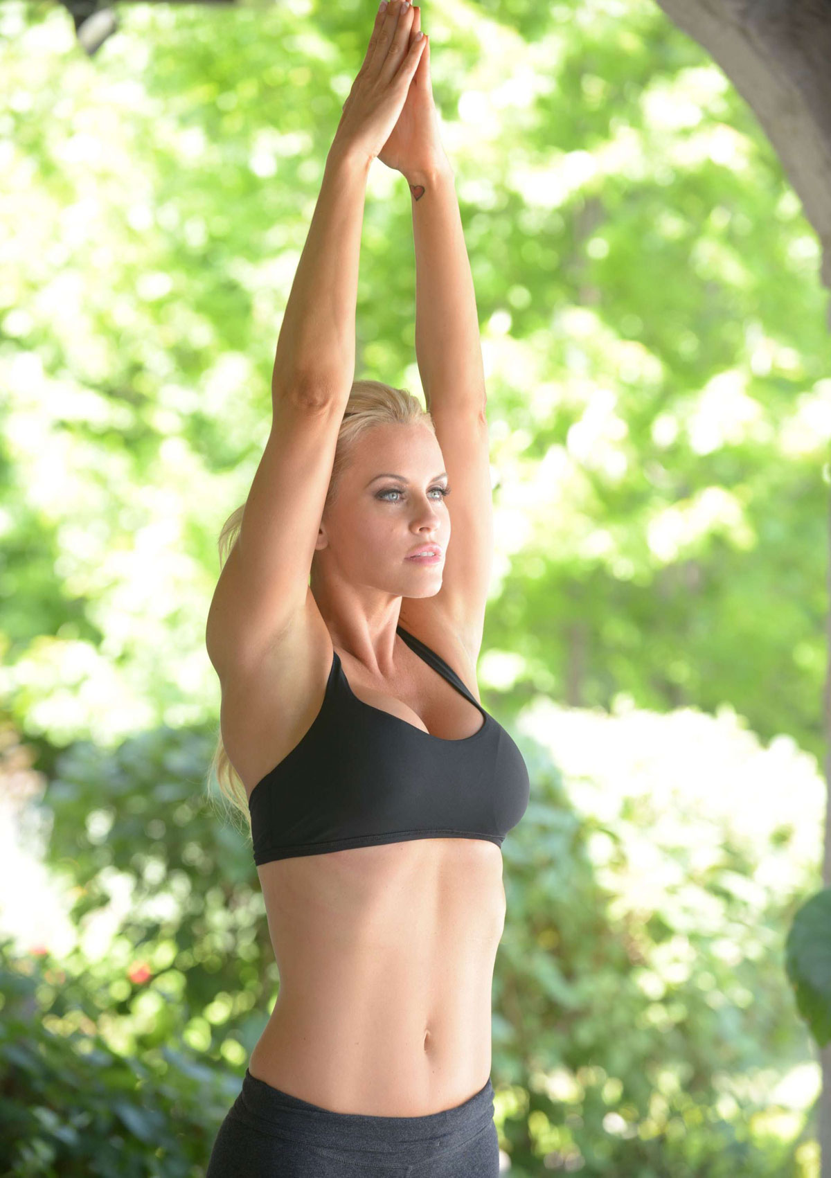 Jenny Mccarthy In Tights Exercising At Her Home In Chicago