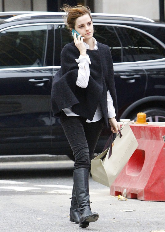 EMMA WATSON Shoppnig in London
