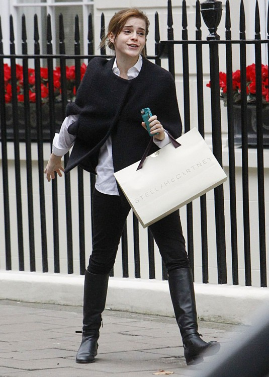 EMMA WATSON Shoppnig in London