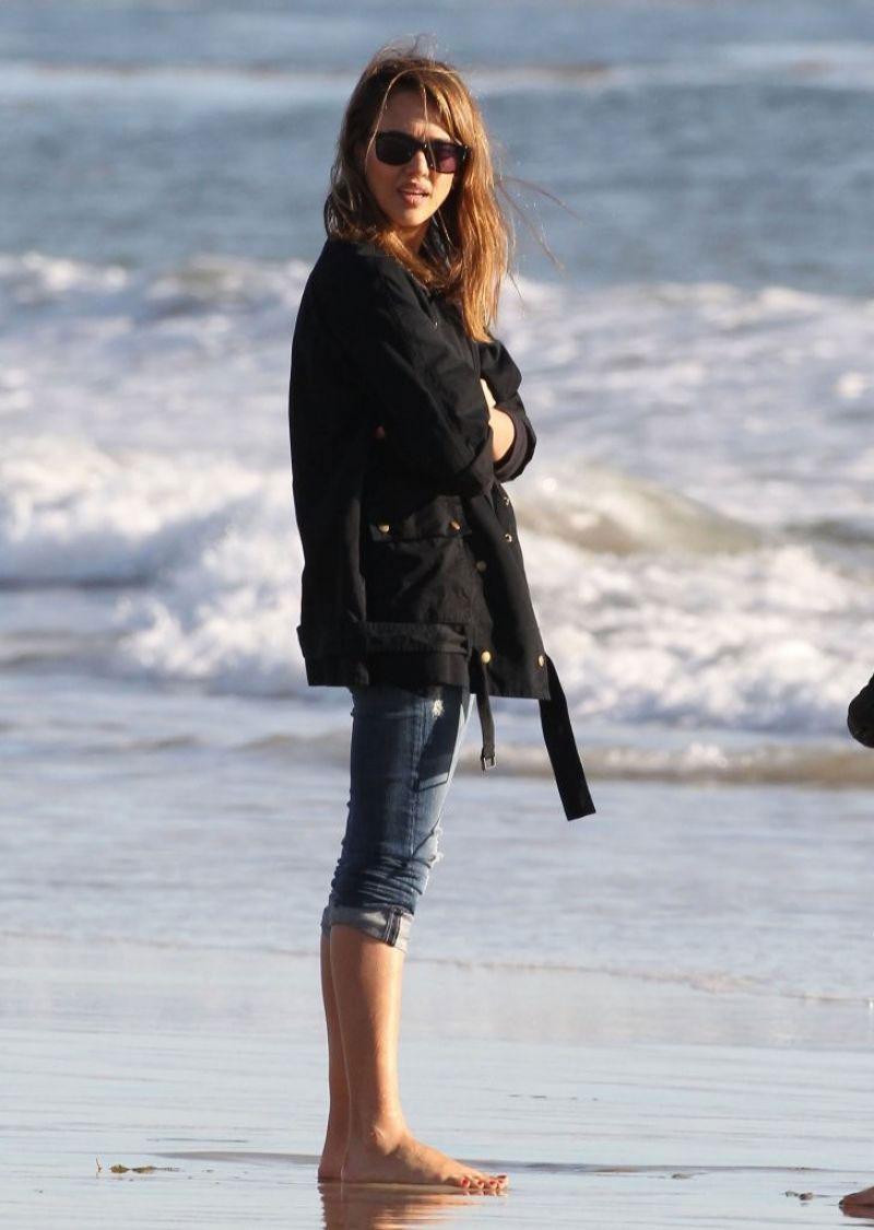 Jessica alba on the beach in malibu hawtcelebs for Jessica alba beach pictures