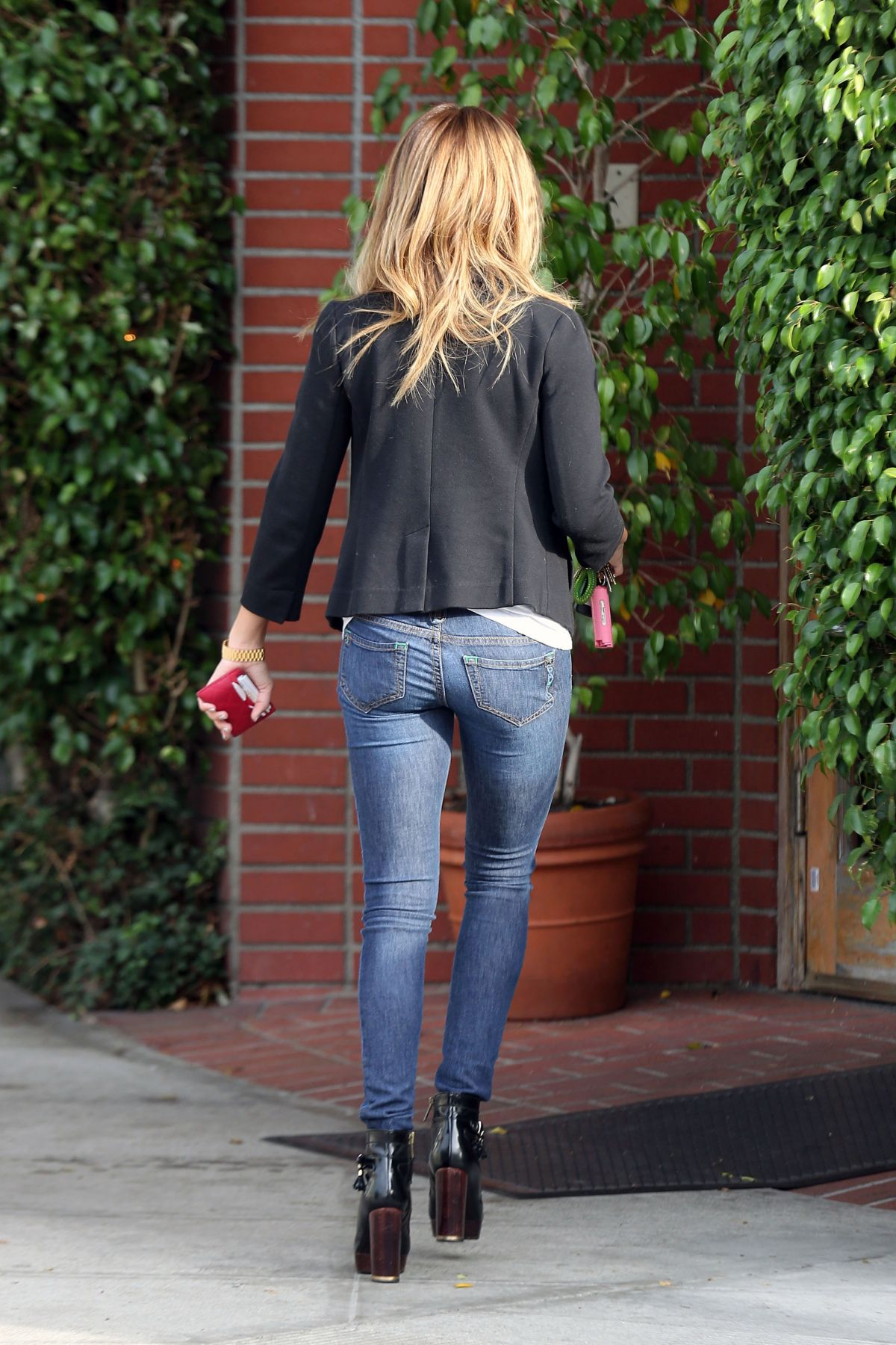 ashley-tisdale-in-tight-pants-free-live