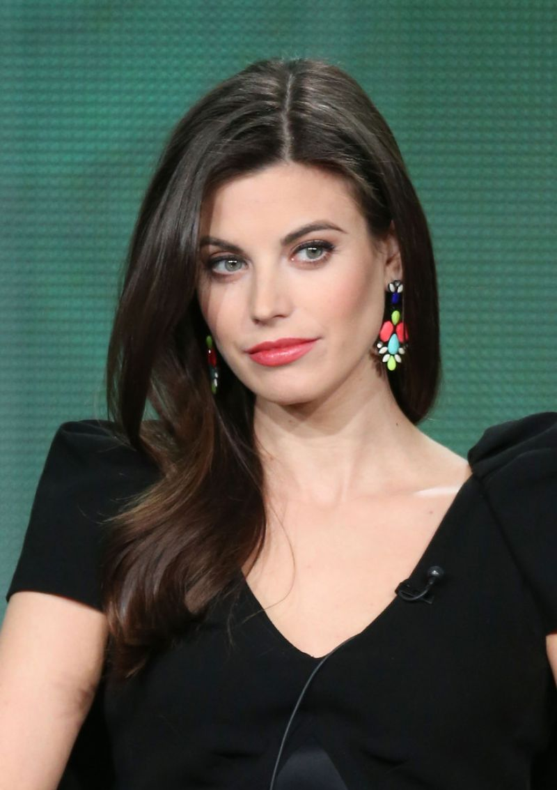 The 35-year old daughter of father (?) and mother(?), 170 cm tall Meghan Ory in 2018 photo