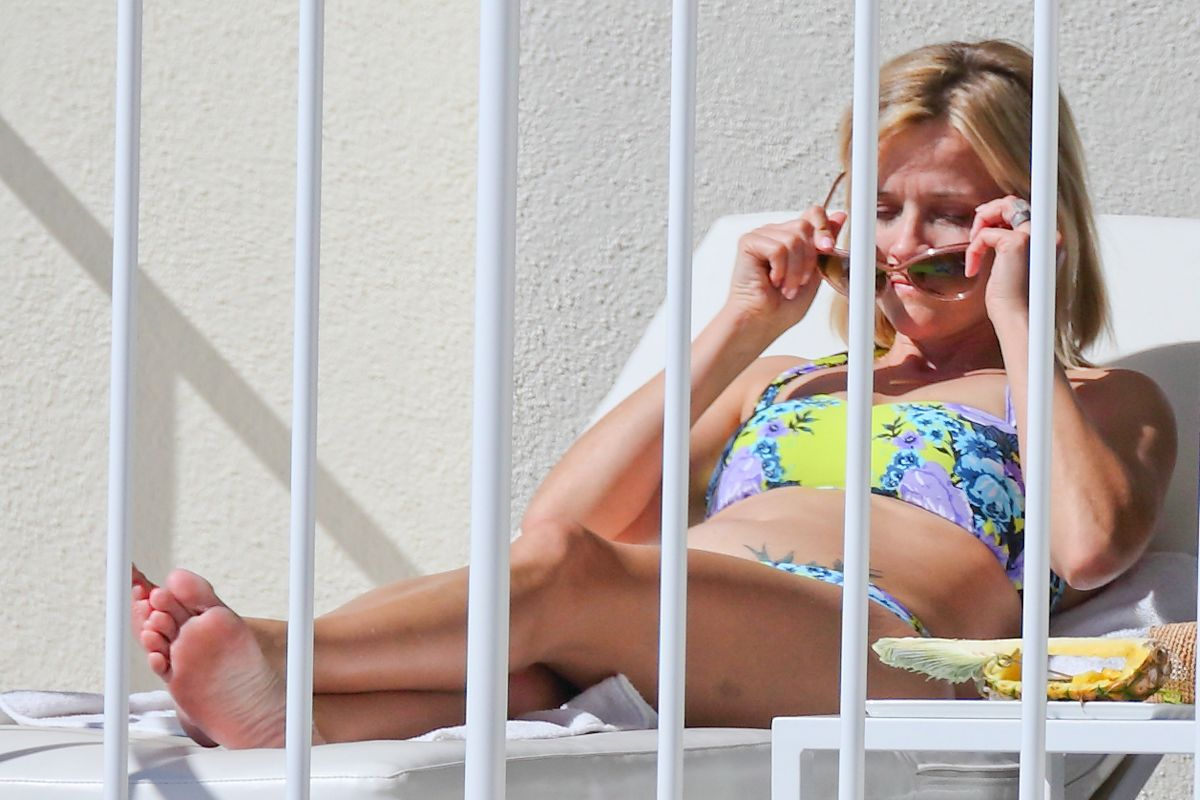 Reese Witherspoon Flaunts Her Stunning Beach Body While On Vacation See The Pic