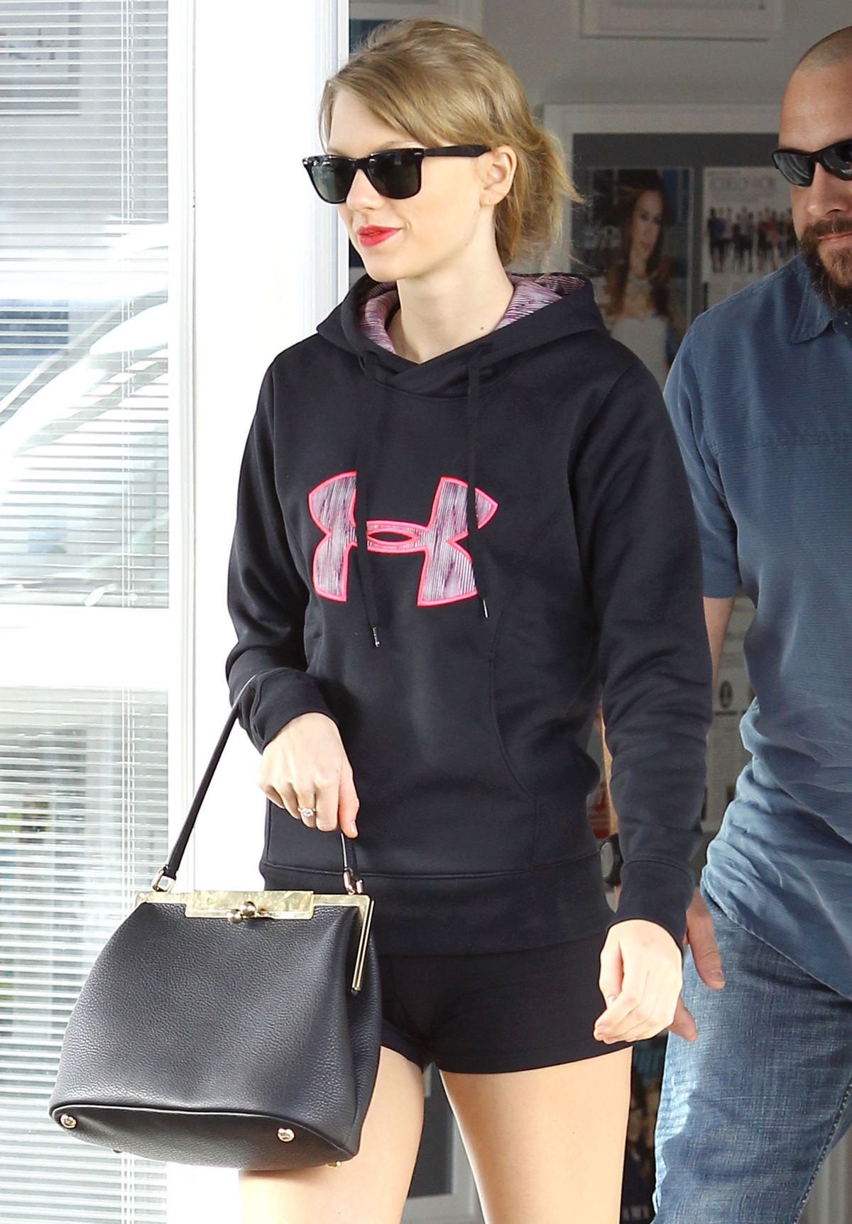 taylor swift in tight shorts leaves a gym in beverly hills hawtcelebs. Black Bedroom Furniture Sets. Home Design Ideas
