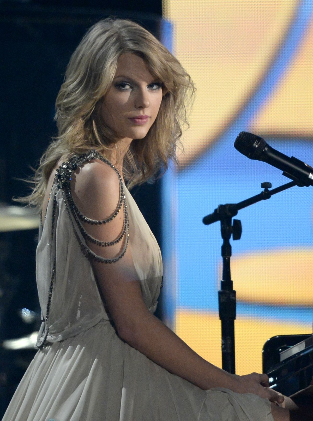 TAYLOR SWIFT Performs at 2014 Grammy Awards in Los Angeles