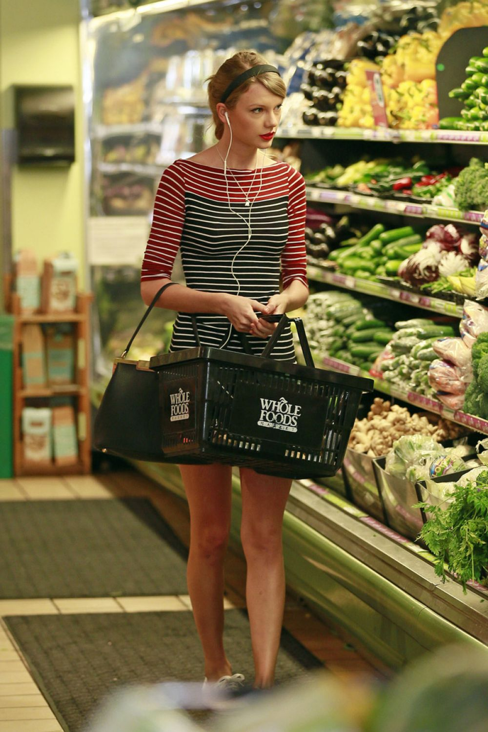 taylor swift shopping at whole foods in beverly hills hawtcelebs. Black Bedroom Furniture Sets. Home Design Ideas