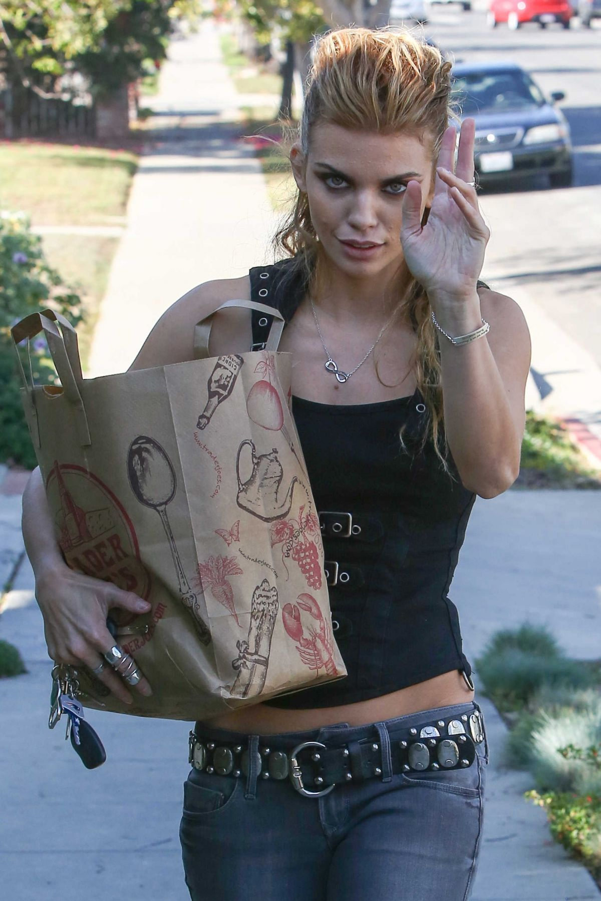 7aa2ca9dea1 ANNALYNNE MCCORD Shopping at Trader Joe e in Santa Monica