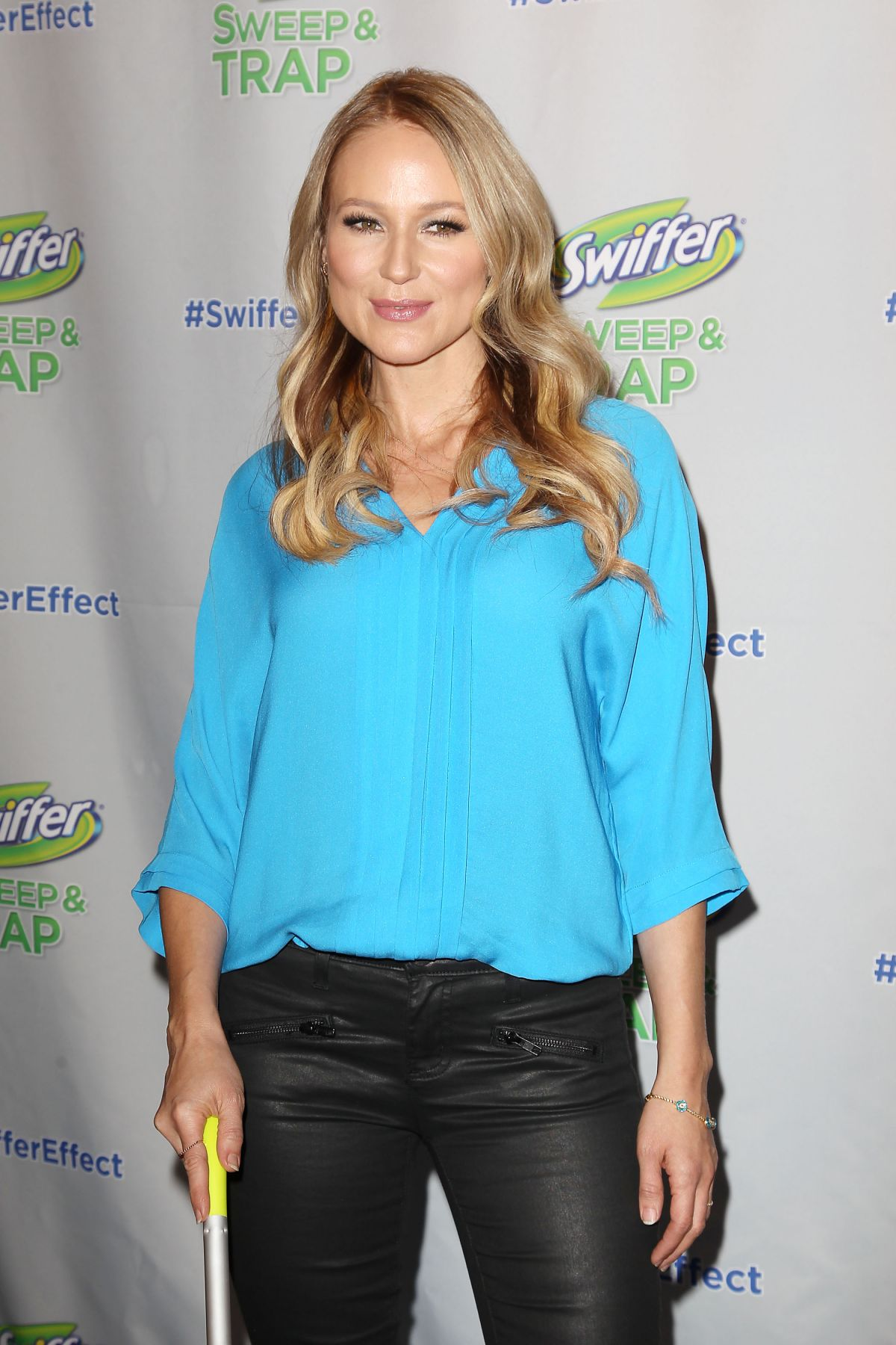 Jewel Celebrates Launch Of Swiffer S New Sweep And Trap In