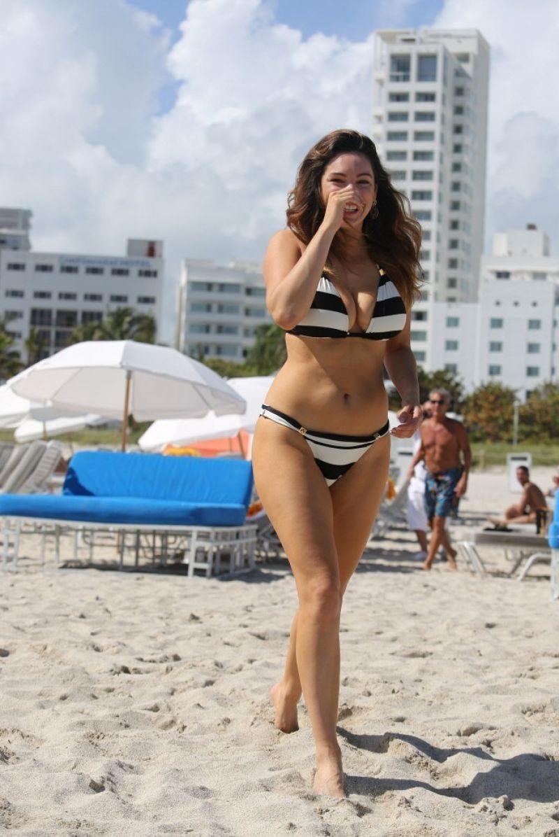 Kelly Brook in Patterned Bikini on the beach in Thailand Pic 10 of 35