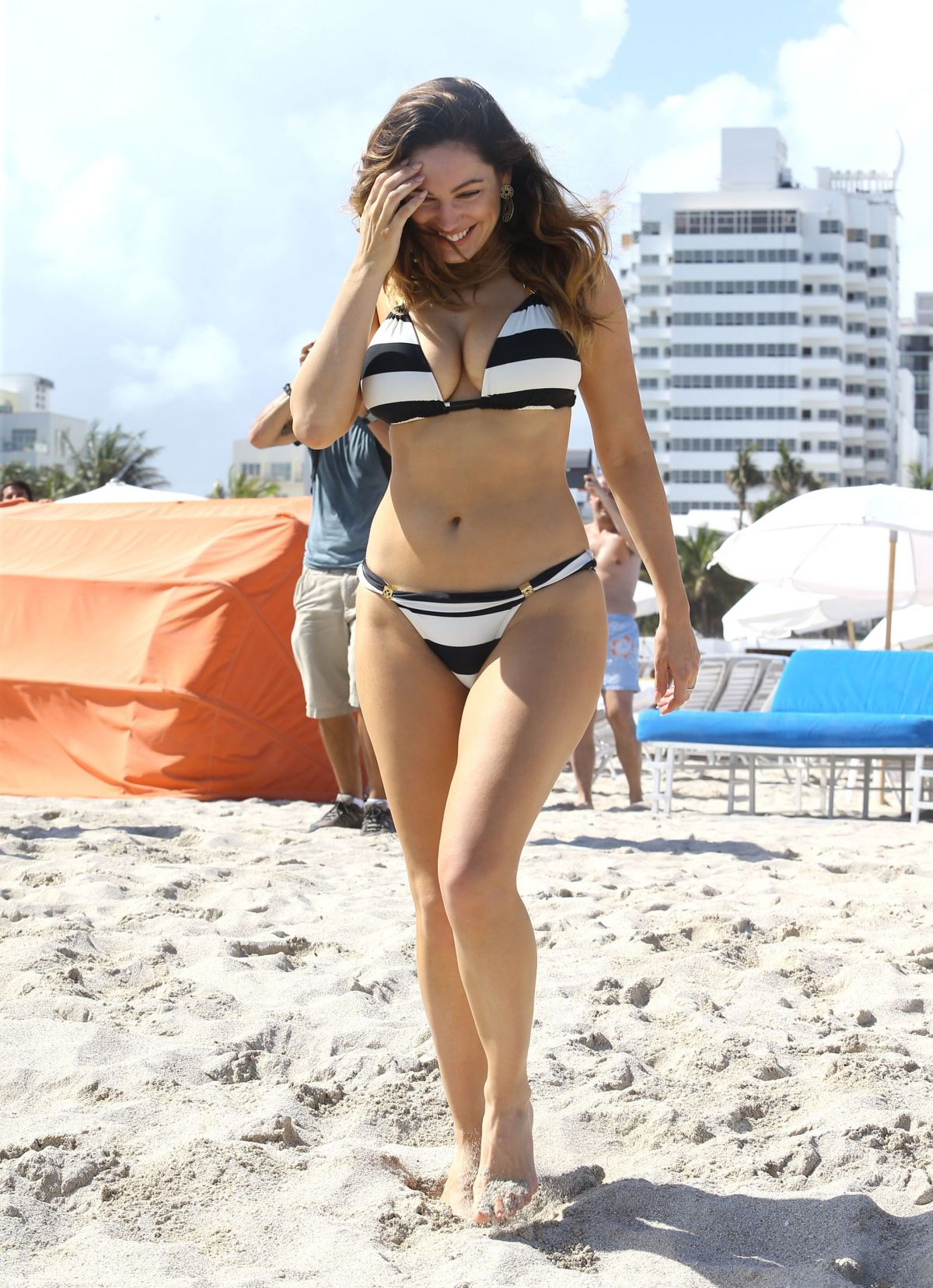 Kelly Brook in Patterned Bikini on the beach in Thailand Pic 17 of 35
