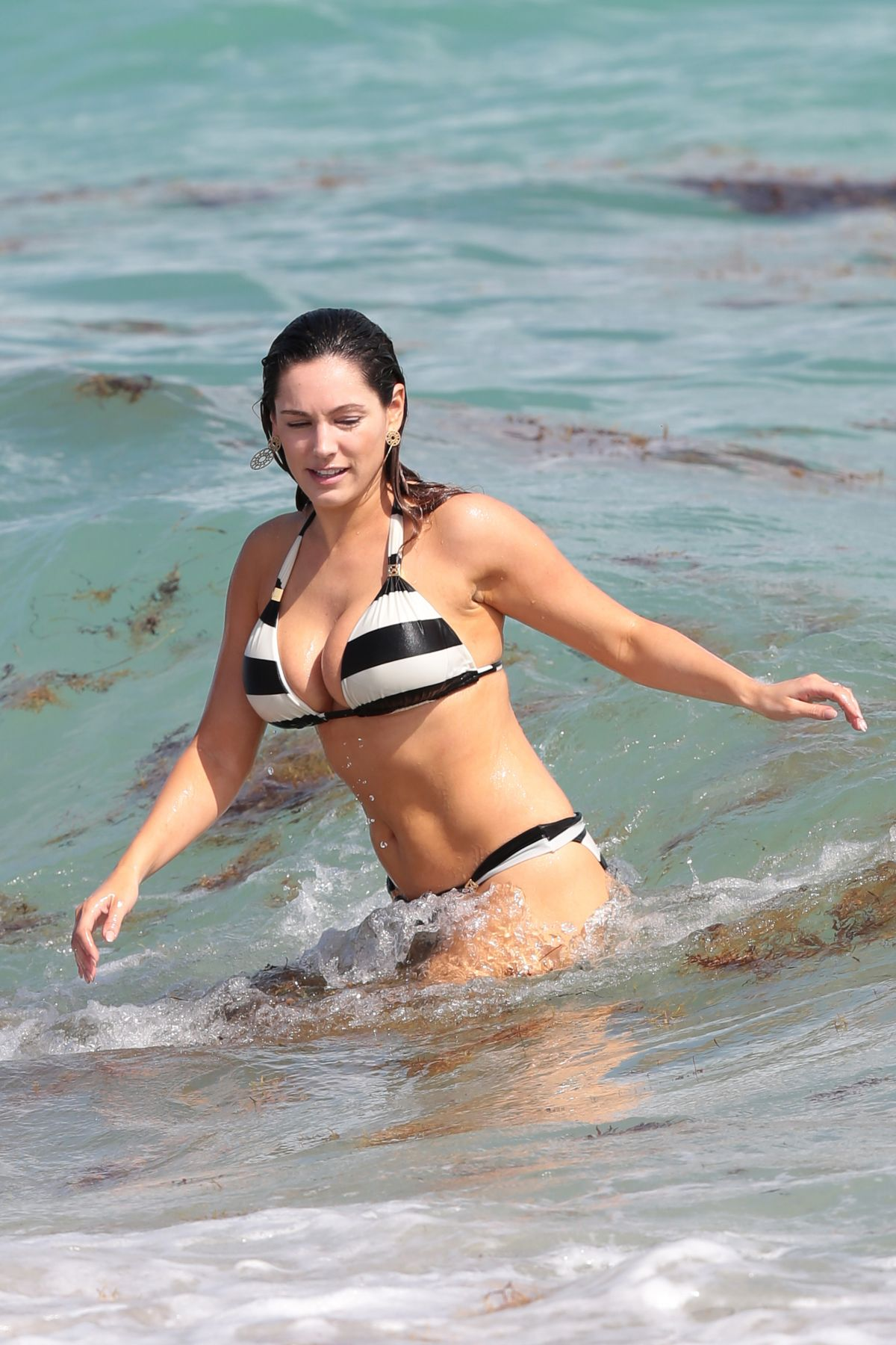 Kelly Brook in Patterned Bikini on the beach in Thailand Pic 16 of 35