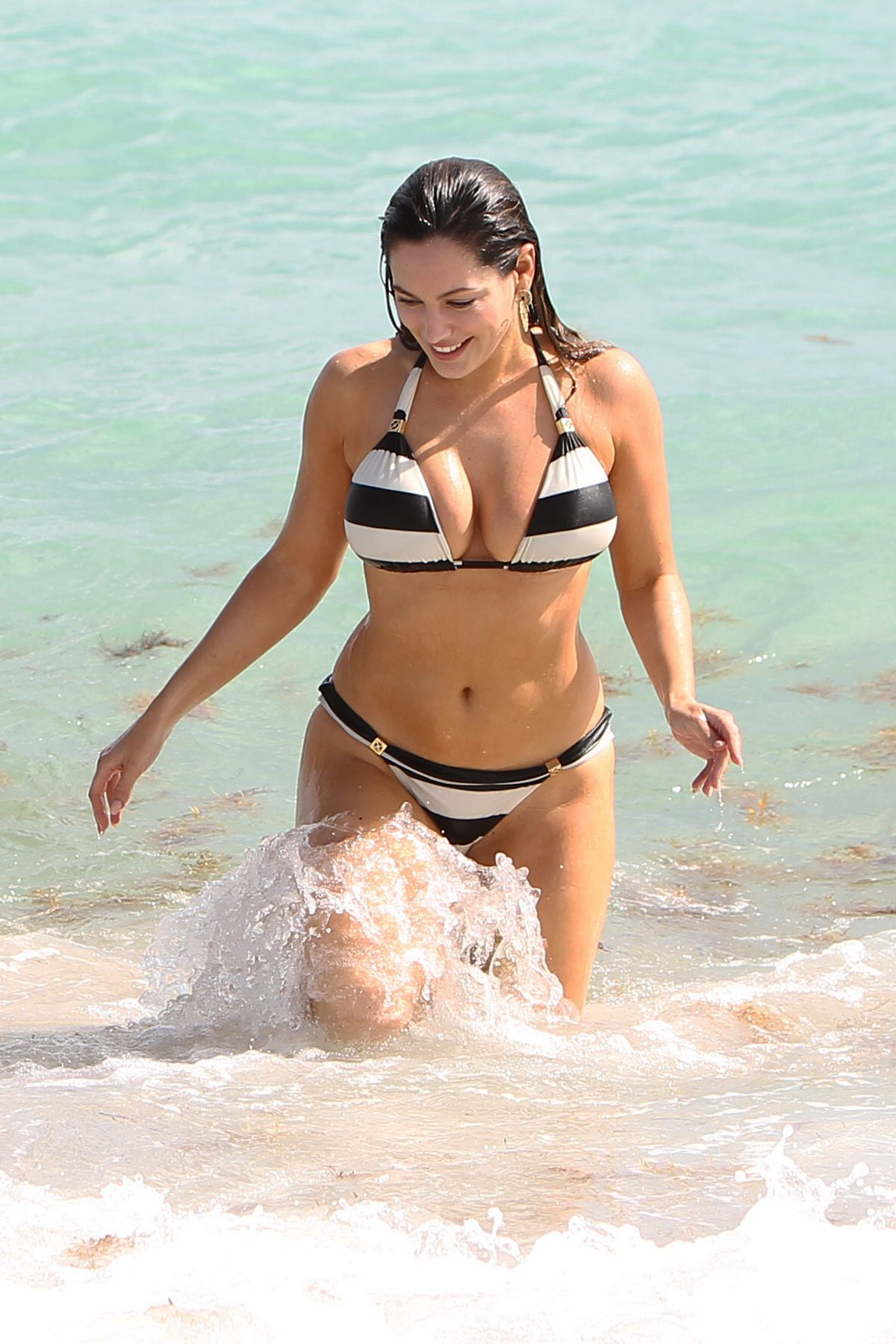 Kelly Brook in Patterned Bikini on the beach in Thailand Pic 11 of 35