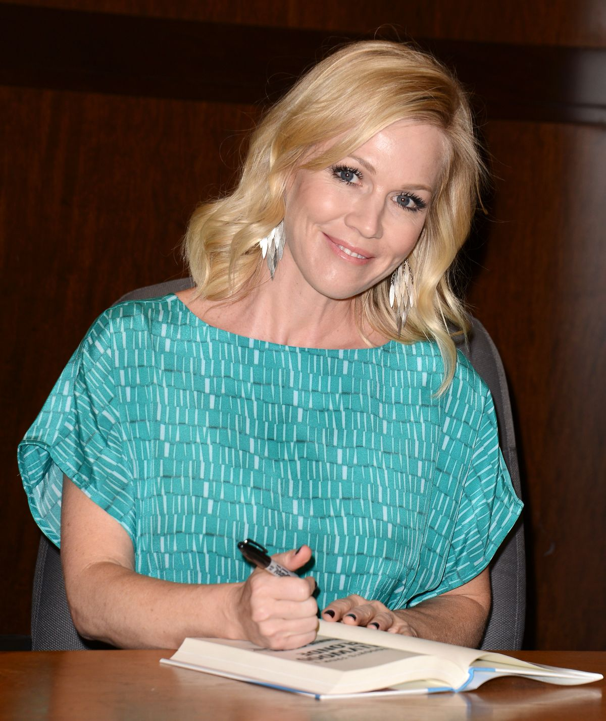 JENNIE GARTH at Book Signing at Barnes & Noble in Los Angeles