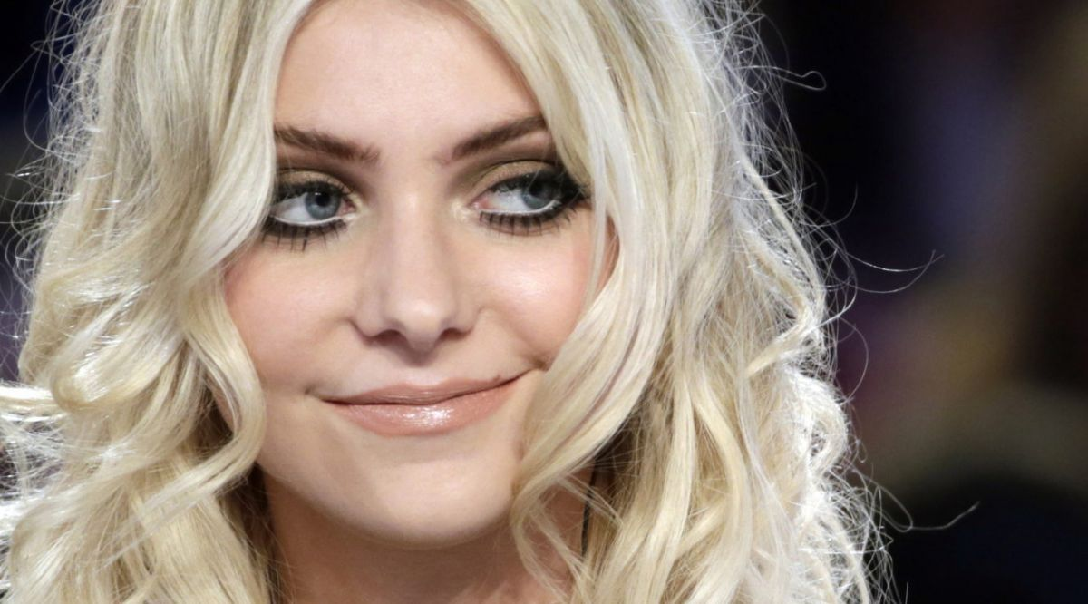 TAYLOR MOMSEN on Le Grand Journal Show in Paris - HawtCelebs ... Taylor Momsen