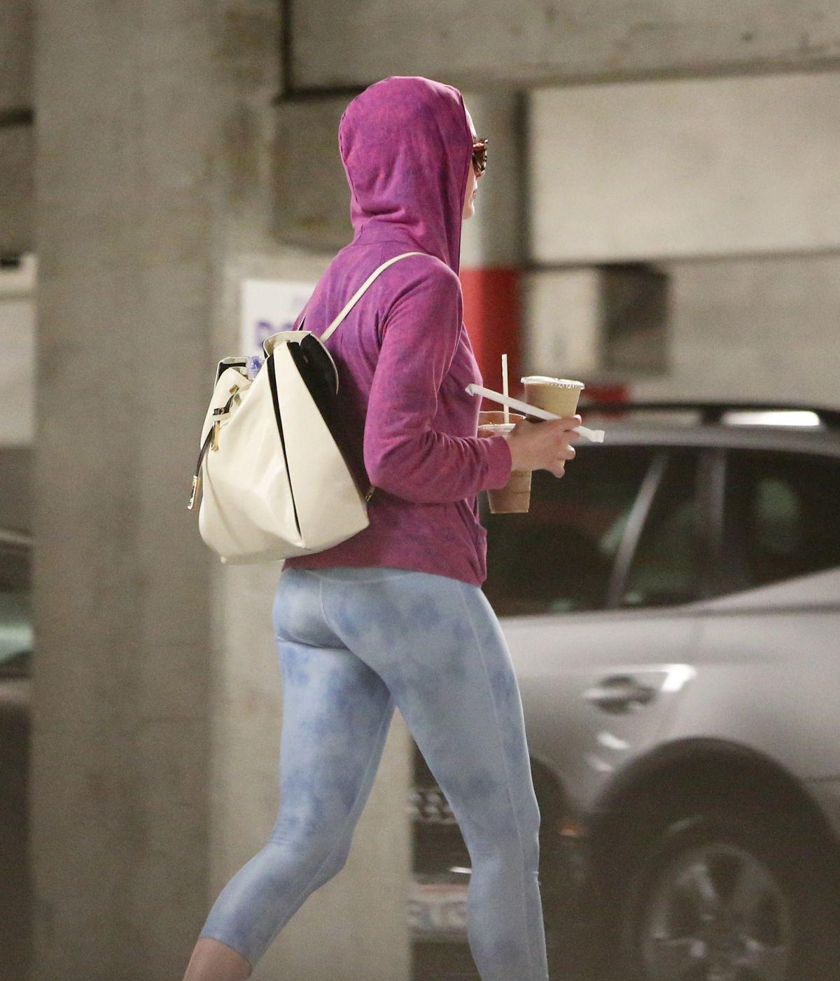 ANNE HATHAWAY In Tight Leggings