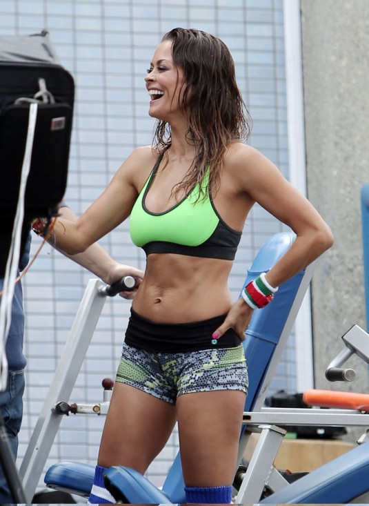 brooke-burke-in-tank-top-and-shorts-at-sketchers-photoshoot-in-los-angeles_4