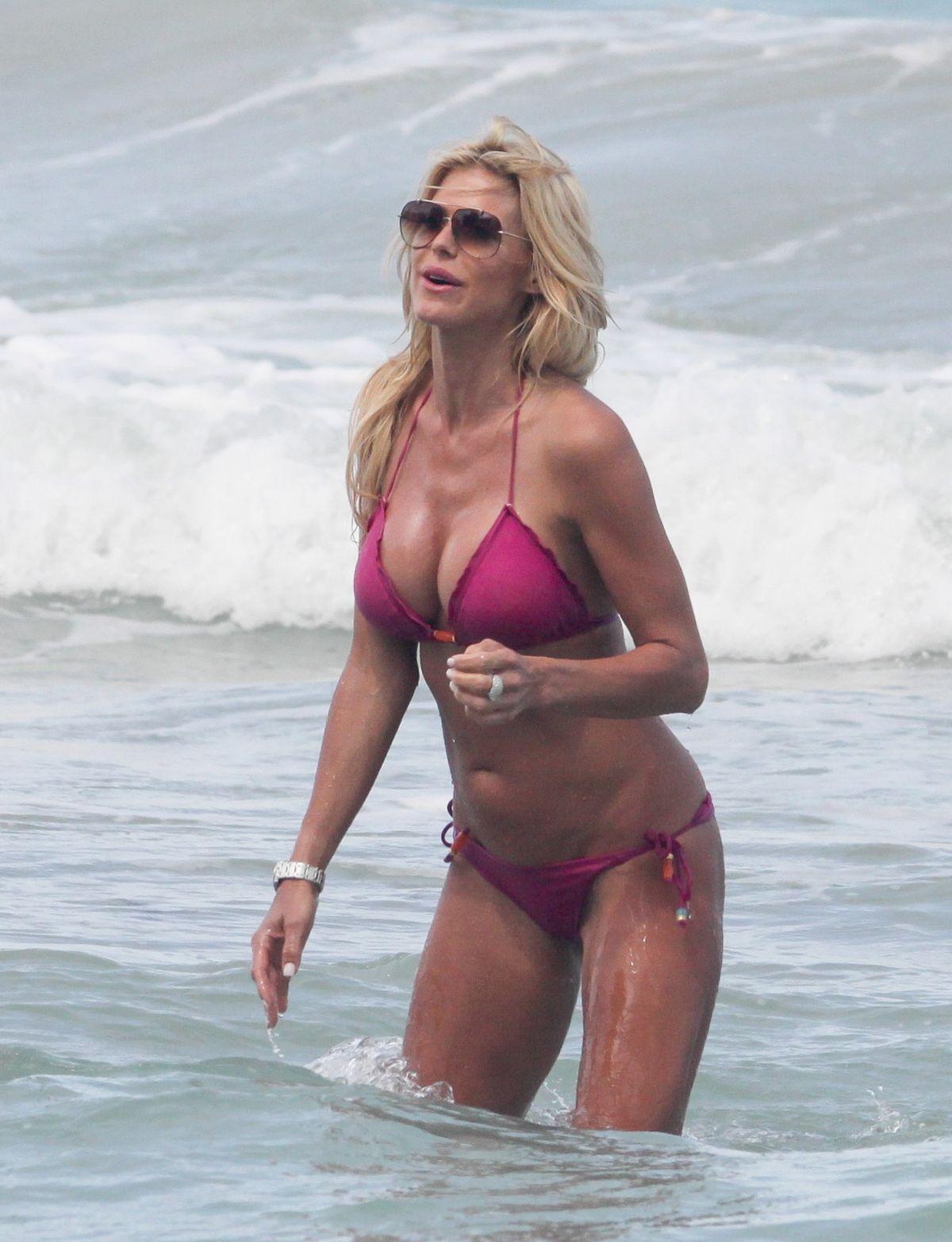 Victoria Silvstedt in Red Bikini in Miami Pic 32 of 35