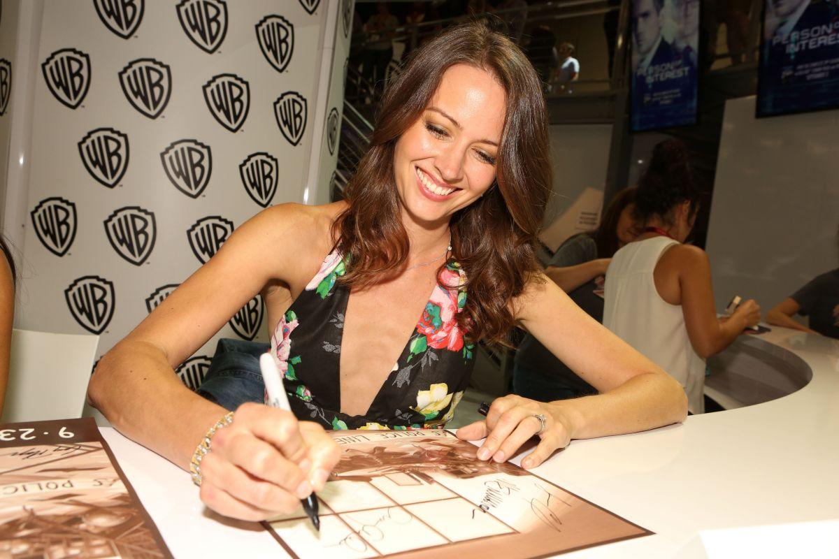AMY ACKER at Warner Bros Signing Booth at Comic-con