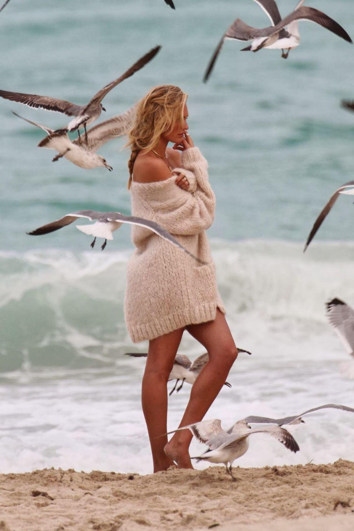Фото на пляже в свитере