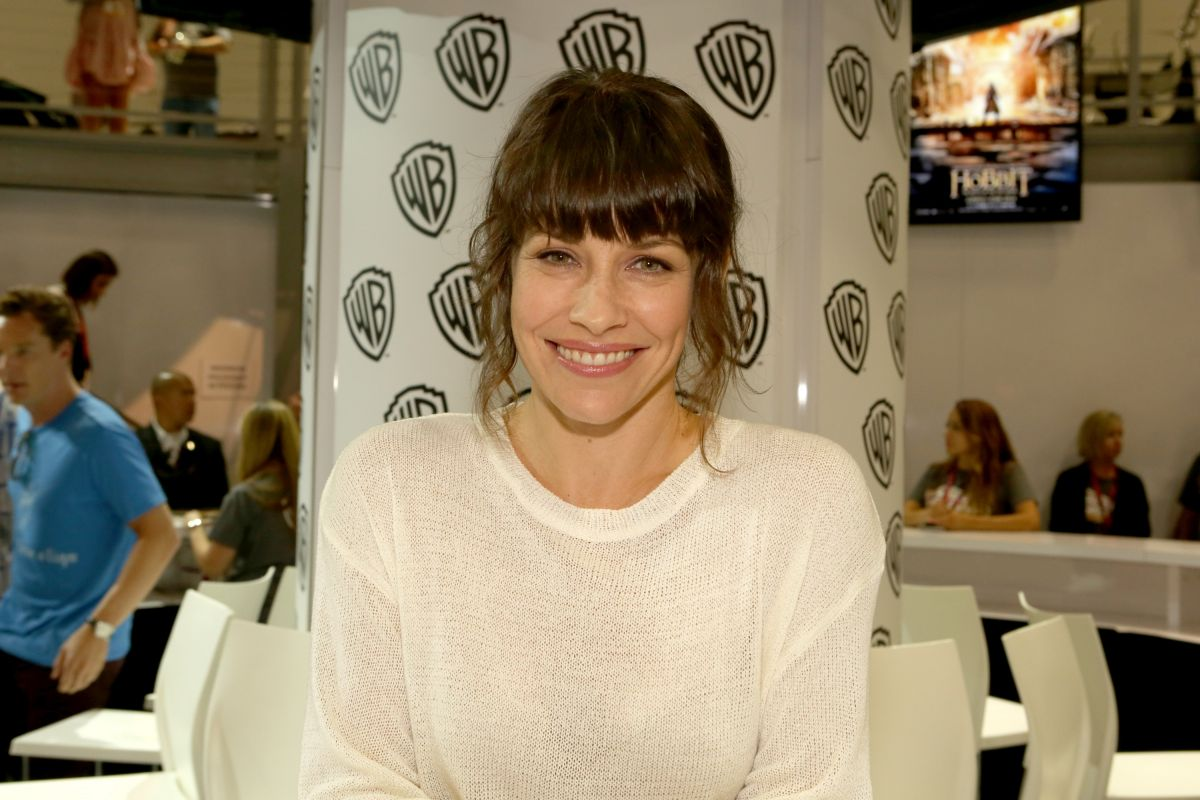 EVANGELINE LILLY at Warner Bros Signing Booth at Comic-con