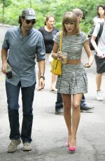 TAYLOR SWIFT in Skirt Out in New York 2407