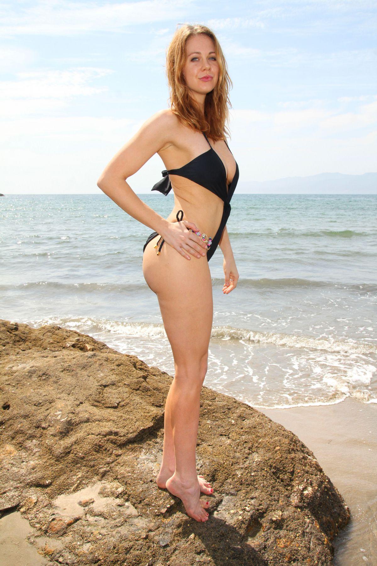 Anne Dudek Bikini 32