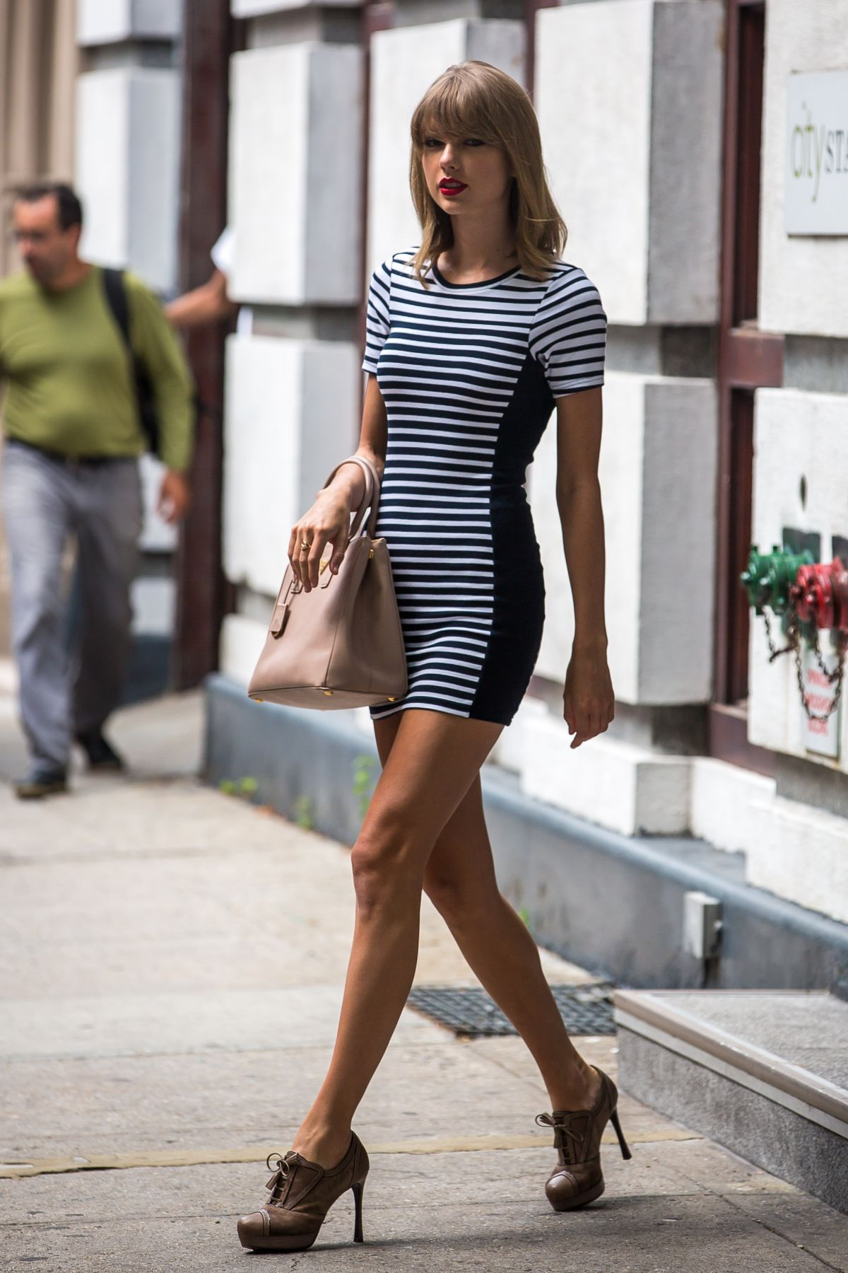 TAYLOR SWIFT in Tight Dress Out in New York – HawtCelebs
