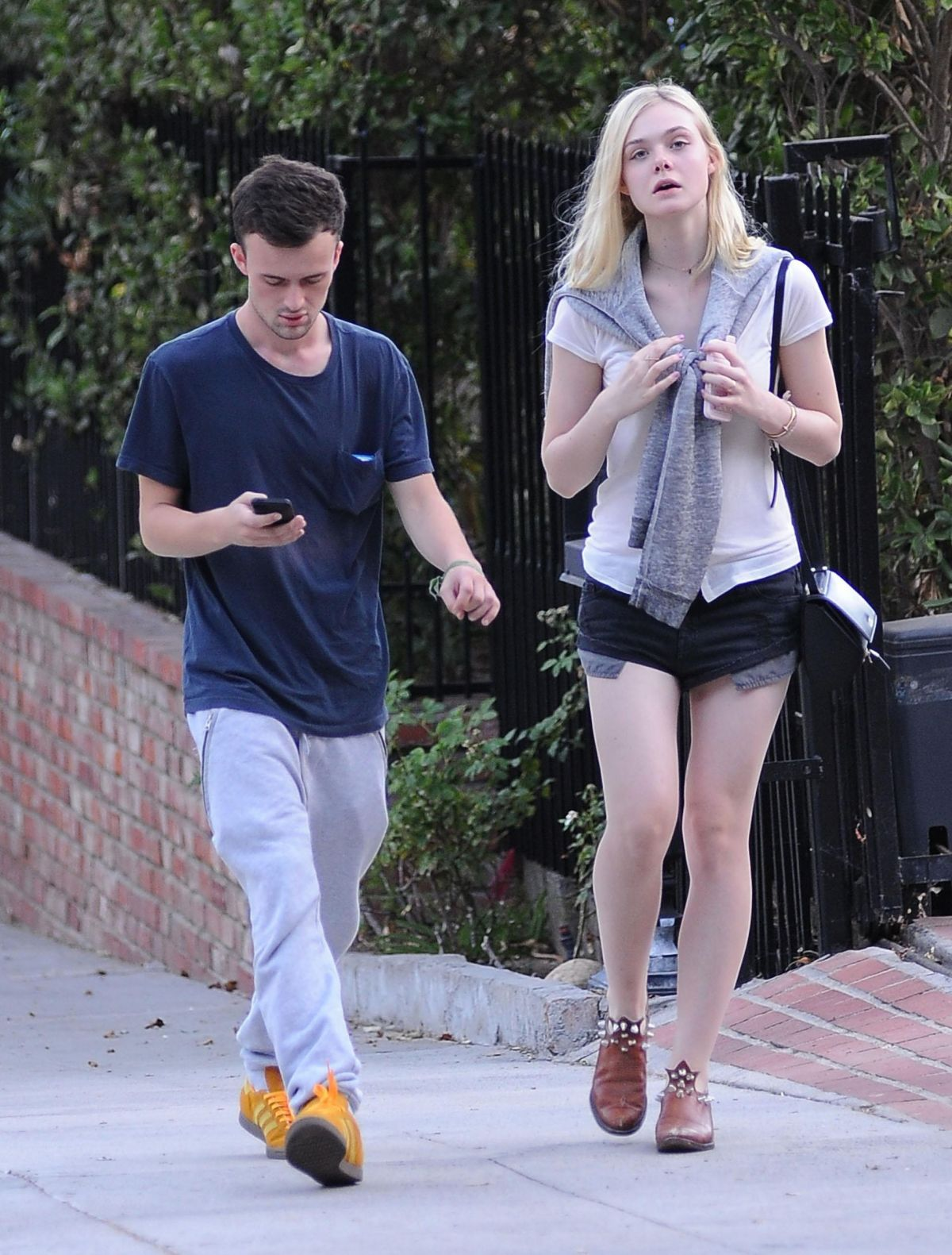 elle fanning dating How much is elle fanning worth in 2018 check out the actress her net how rich is elle fanning net worth, salary, houses, cars + is she married, dating or gay.