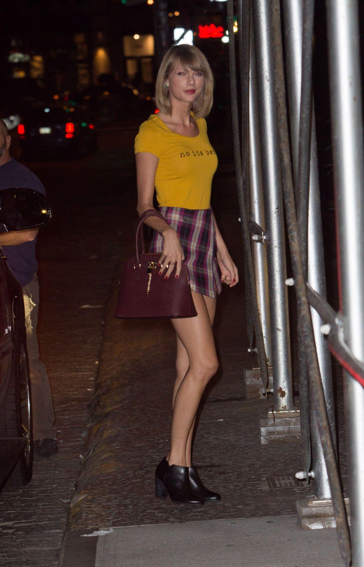 TAYLOR SWIFT Arrives at Her Home in New York