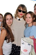 TAYLOR SWIFT with Fans Out in Hamburg