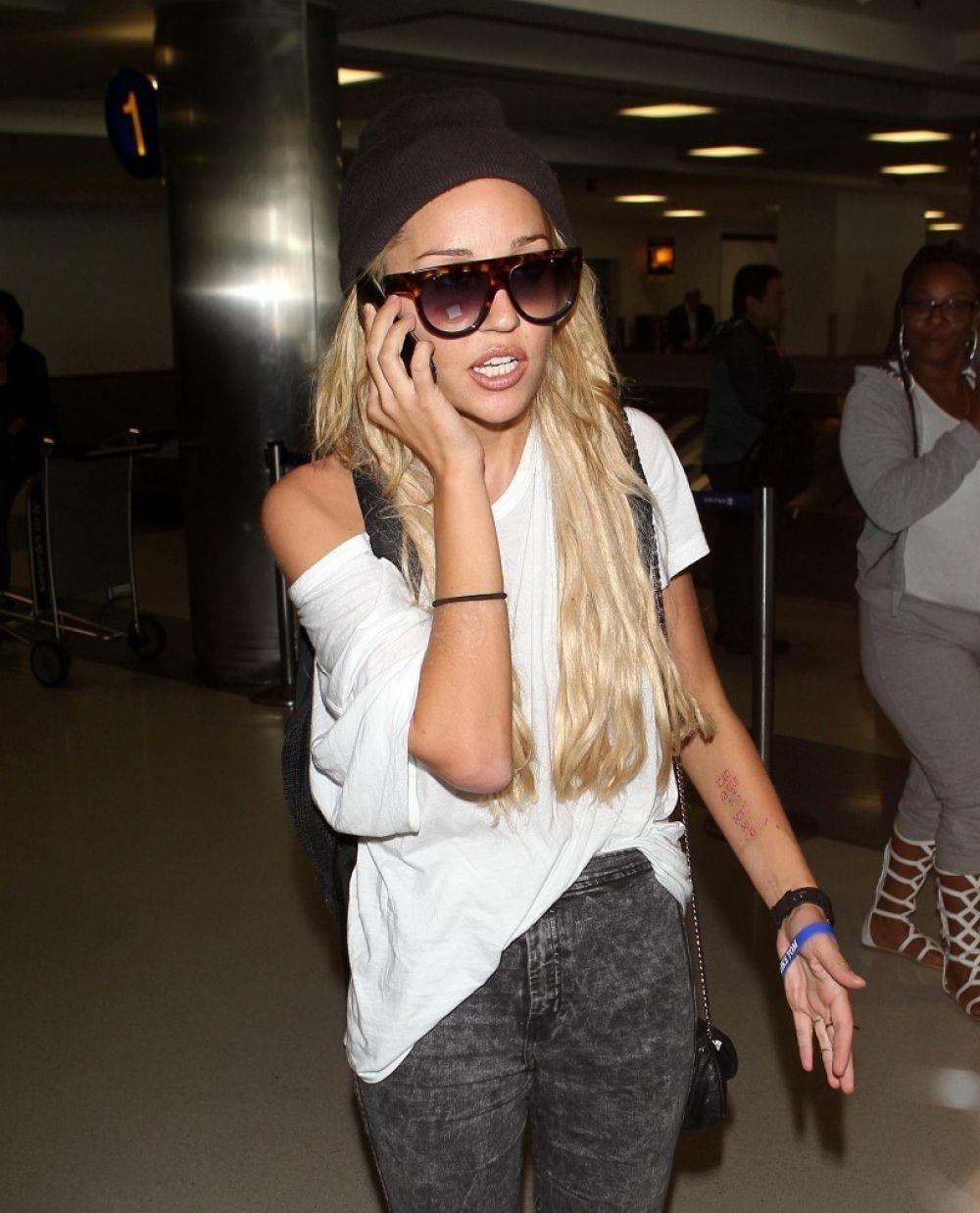 AMANDA BYNES at Los Angeles International Airport