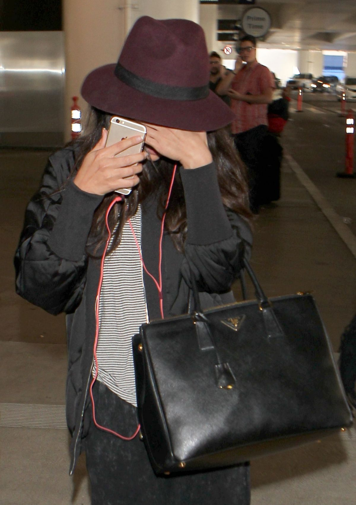 SELENA GOMEZ Hiding from Paps at LAX Airport