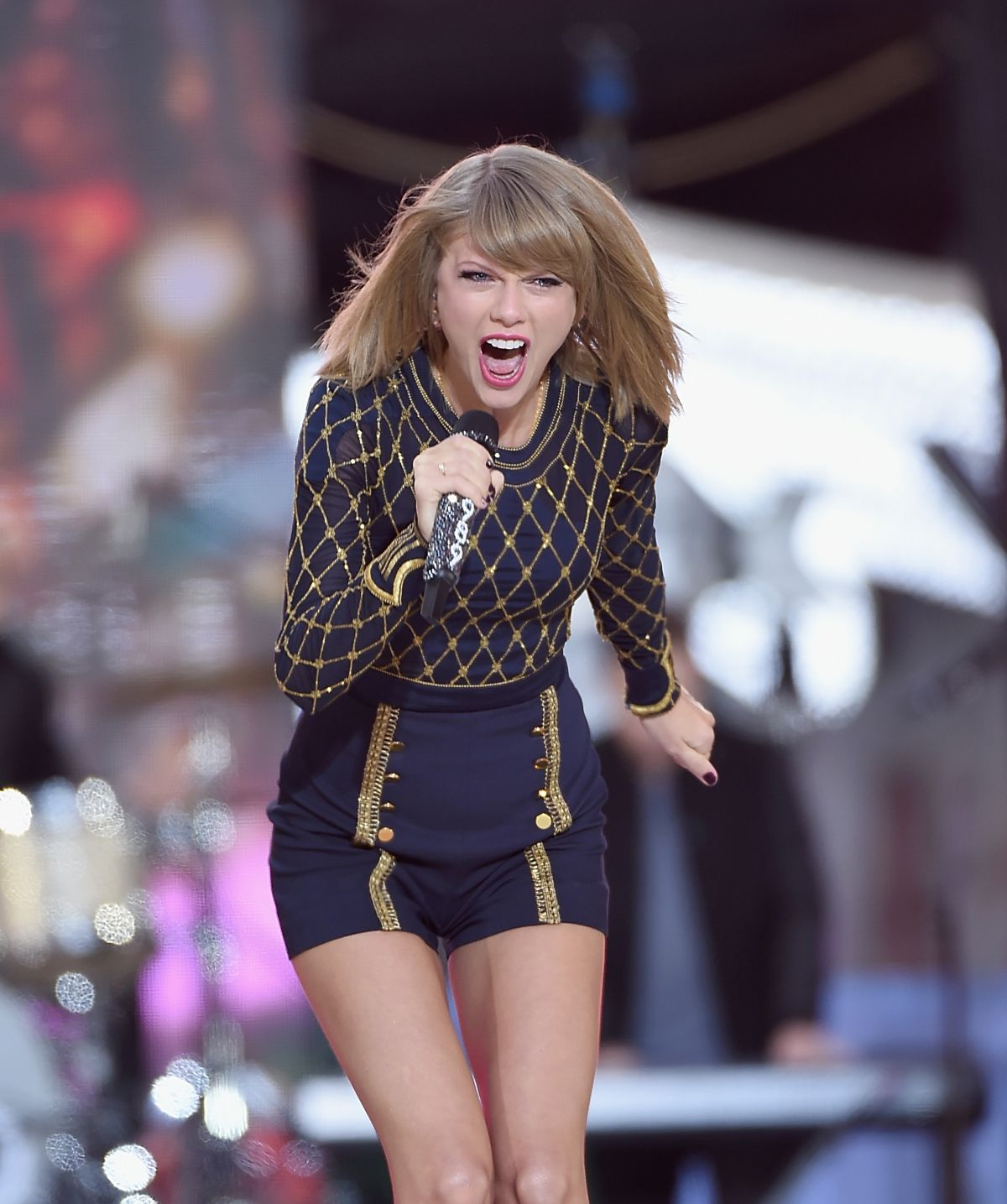 TAYLOR SWIFT Performs ...