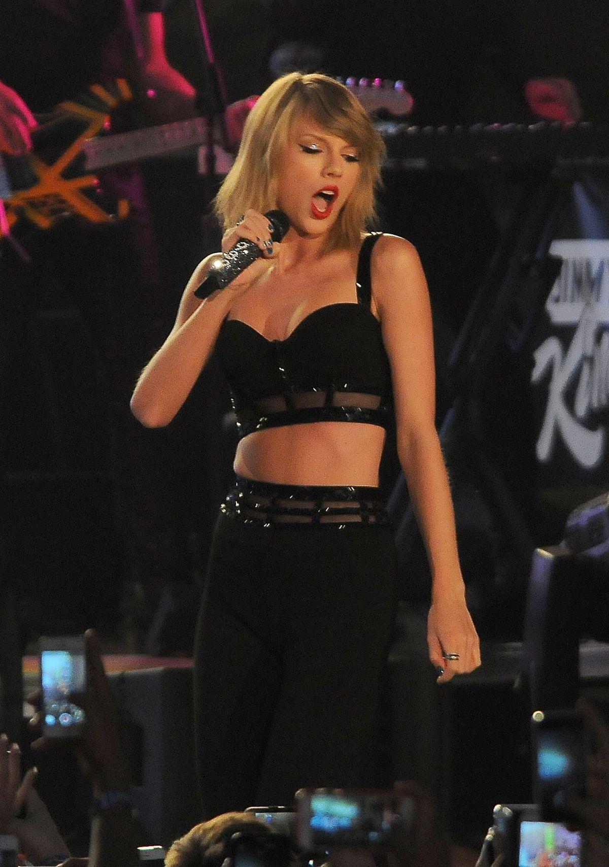 taylor swift performs at jimmy kimmel live in hollywood. Black Bedroom Furniture Sets. Home Design Ideas