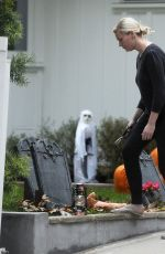 KIRSTEN DUNST Making Halloween Decorations at Her House