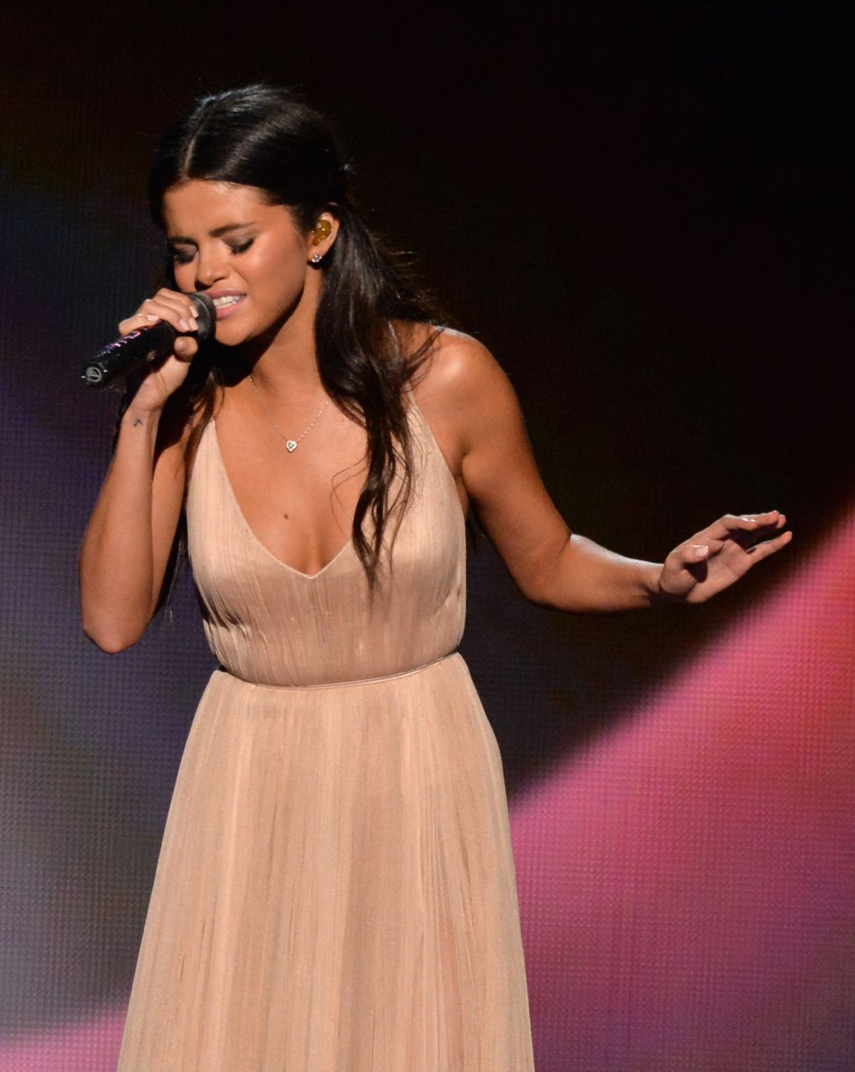 5af273a3f1e SELENA GOMEZ Performs at 2014 American Music Awards in Los Angeles ...
