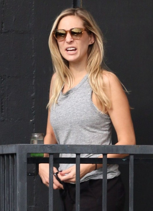 haylie-duff-out-and-about-in-beverly-hills-2012_1